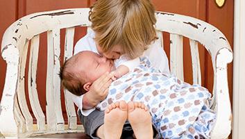 Lille pige holder en baby