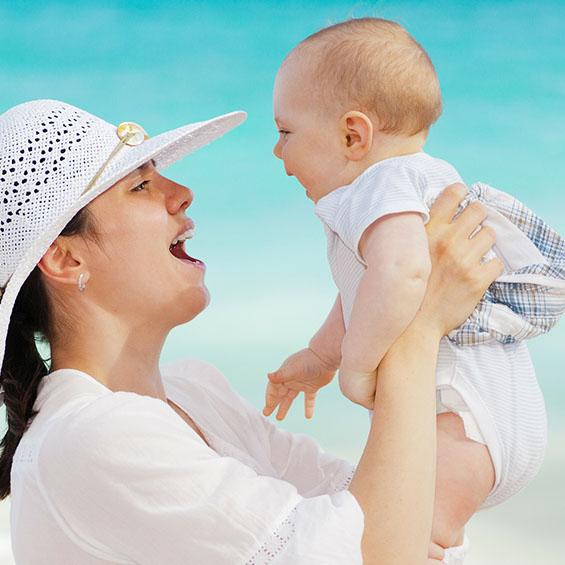 Kvinde holde en baby i armene